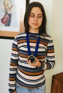 Éliane Doucet avec sa médaille
