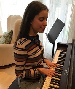 Éliane Doucet jouant du piano